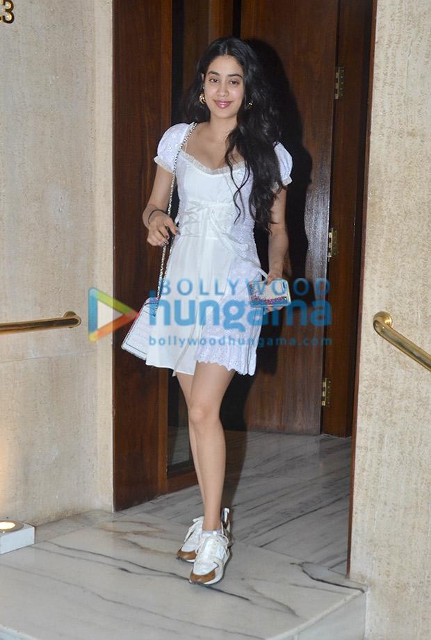 Janhvi Kapoor in Daisy at Manish Malhotra's house post dinner (2)