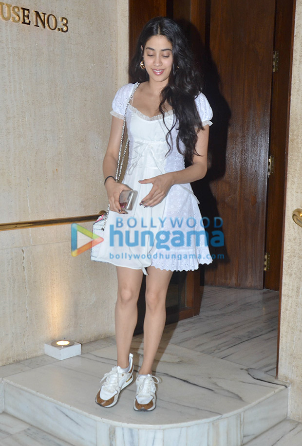 Janhvi Kapoor in Daisy at Manish Malhotra's house post dinner (4)