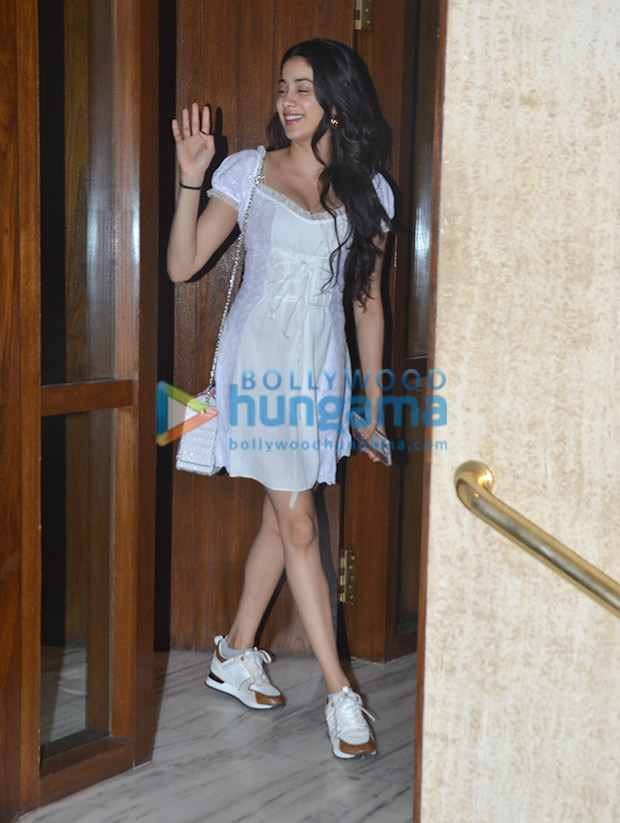 Janhvi Kapoor in Daisy at Manish Malhotra's house post dinner (6)