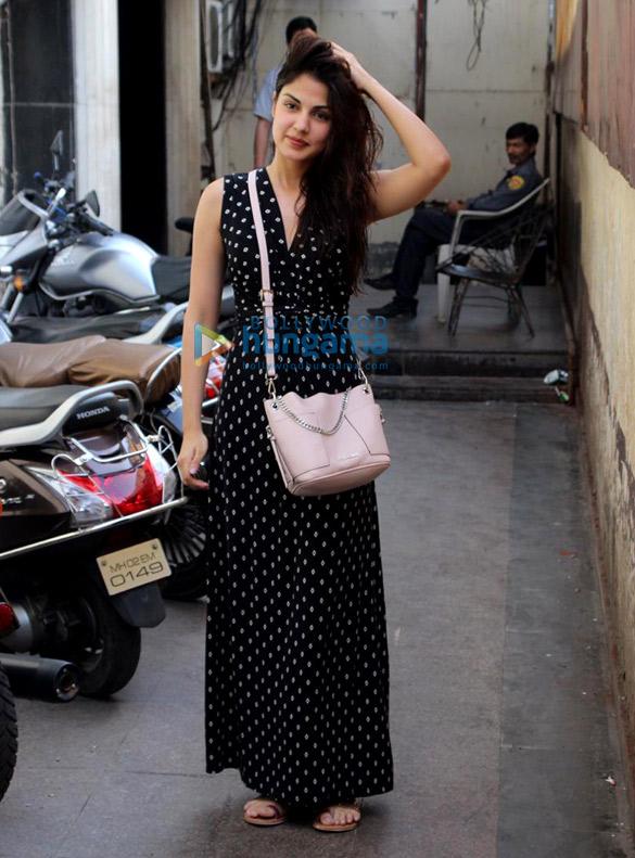 Rhea Chakraborty spotted in Bandra (3)