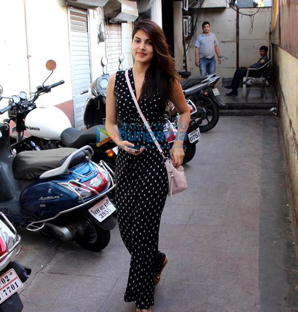 Rhea Chakraborty spotted in Bandra (4)