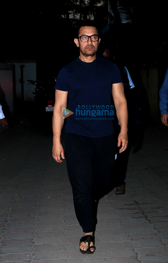 Aamir Khan spotted in Juhu (4)