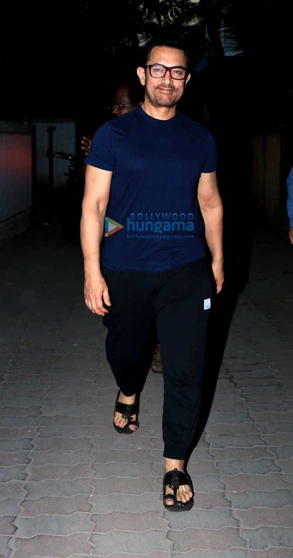 Aamir Khan spotted in Juhu (6)