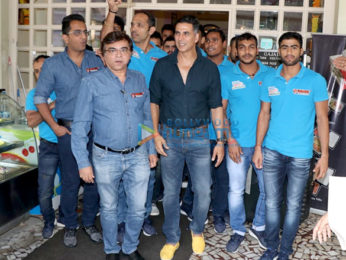 Akshay Kumar snapped with his kabbadi team Bengal Warriors post lunch