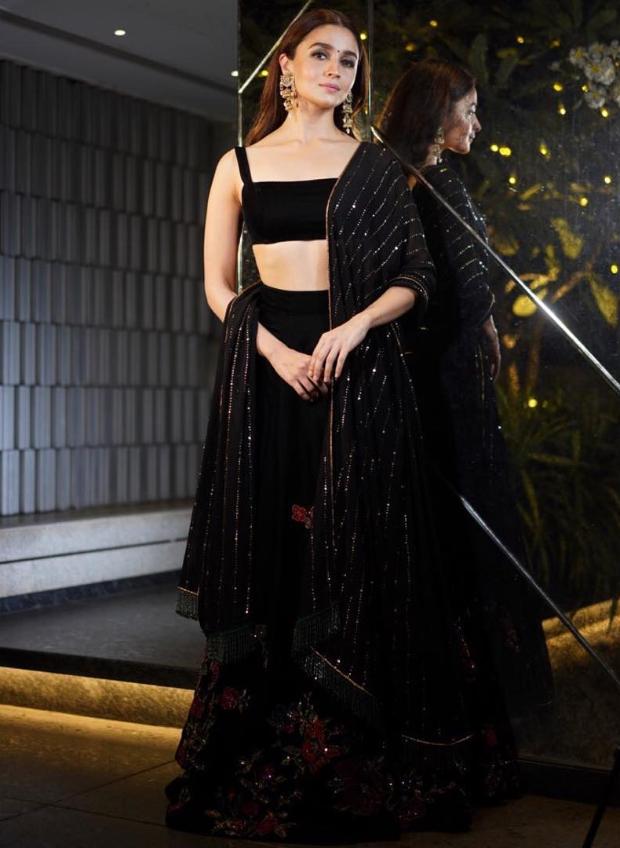 Alia Bhatt in Shyamal and Bhumika for Diwali 2018 bash (6)
