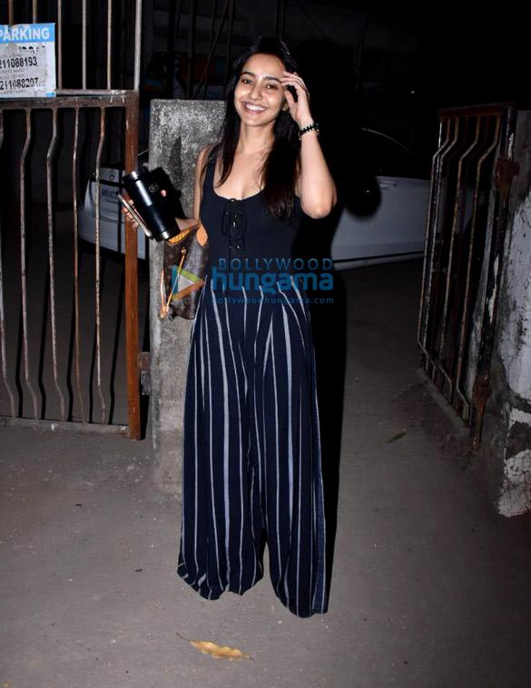 Neha Sharma spotted at Kromakay salon in Juhu (1)