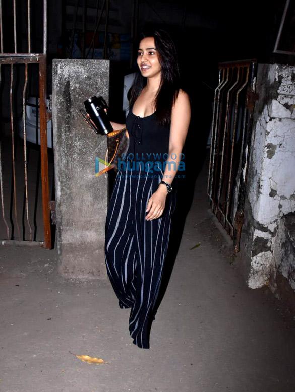 Neha Sharma spotted at Kromakay salon in Juhu (3)