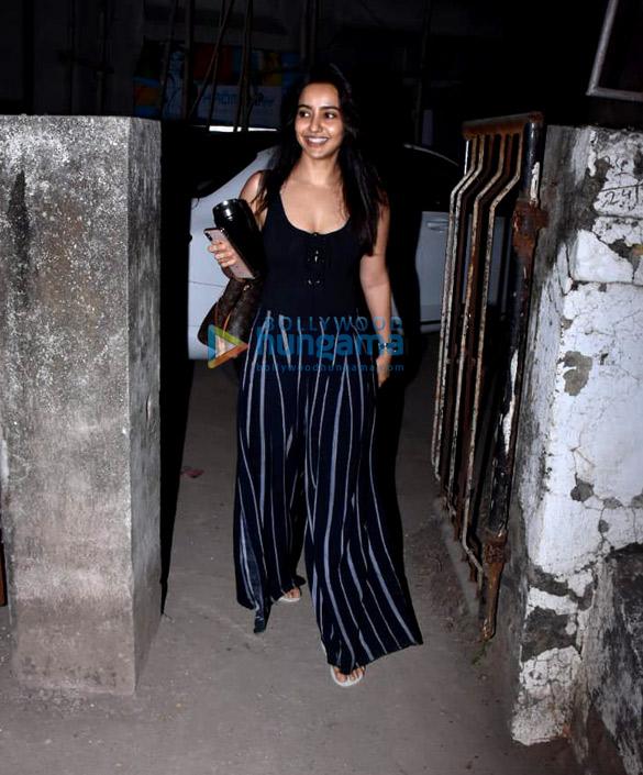 Neha Sharma spotted at Kromakay salon in Juhu (5)