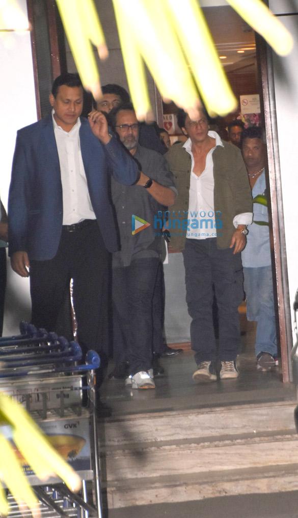 Shah Rukh Khan, Kareena Kapoor Khan, Amitabh Bachchan and others snapped at the airport (1)