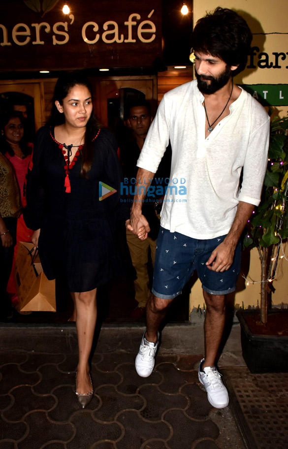 Shahid Kapoor and Mira Rajput spotted at Farmers' Cafe in Bandra (3)