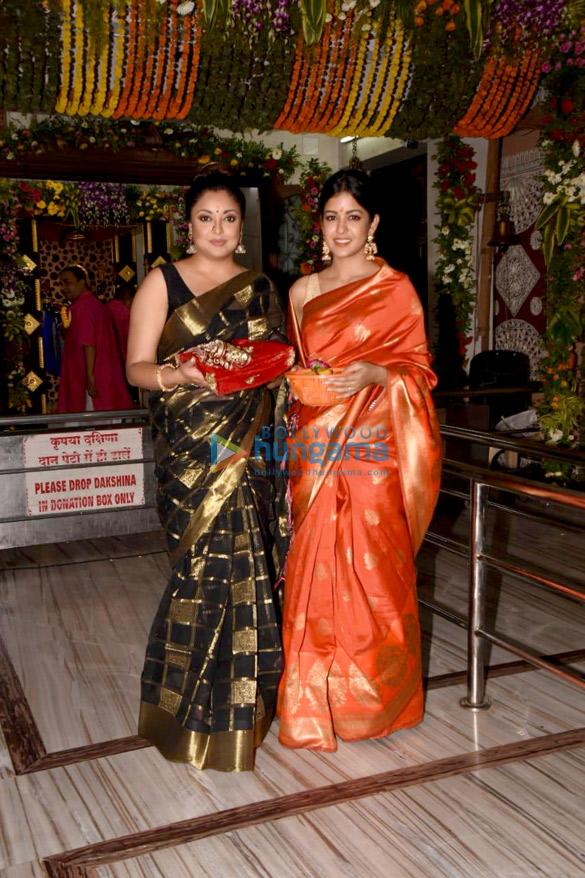 Tanushree Dutta and Ishita Dutta snapped at Kali Mata mandir (4)