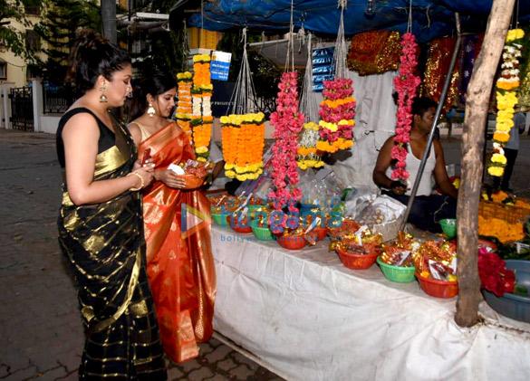 Tanushree Dutta and Ishita Dutta snapped at Kali Mata mandir (5)