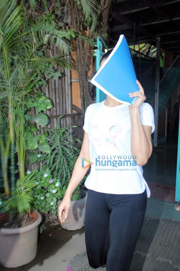 Jacqueline Fernandez spotted at Andheri (3)