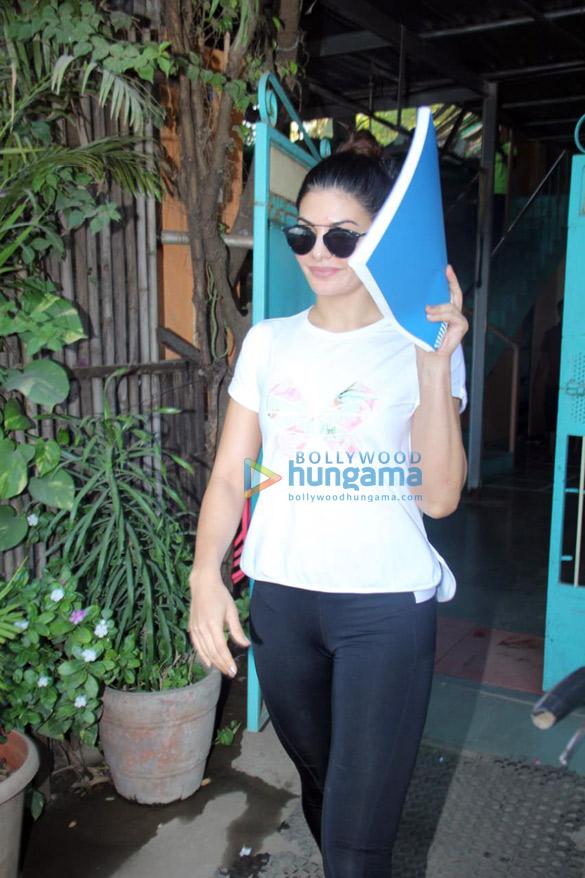 Jacqueline Fernandez spotted at Andheri (4)