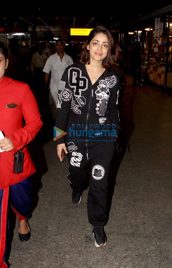 Kareena Kapoor Khan, Sonam Kapoor Ahuja, Alia Bhatt and others snapped at the airport67 (1)