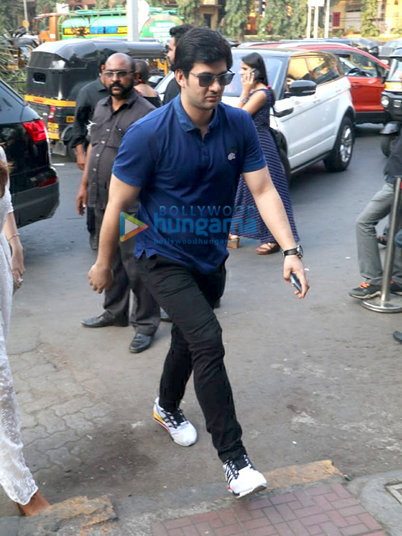 Khushi Kapoor, Bhagyashree's son Abhimanyu Dassani and Sunny Deol's son Karan Deol spotted at Bastian (6)