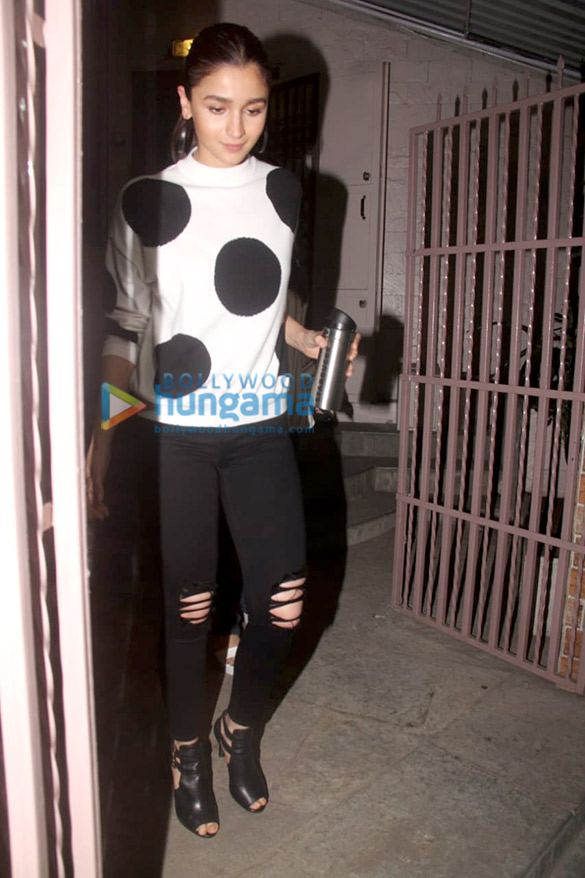 Alia Bhatt spotted at a recording studio in Bandra (5)