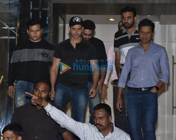 Hrithik Roshan spotted at gym in Juhu (3)