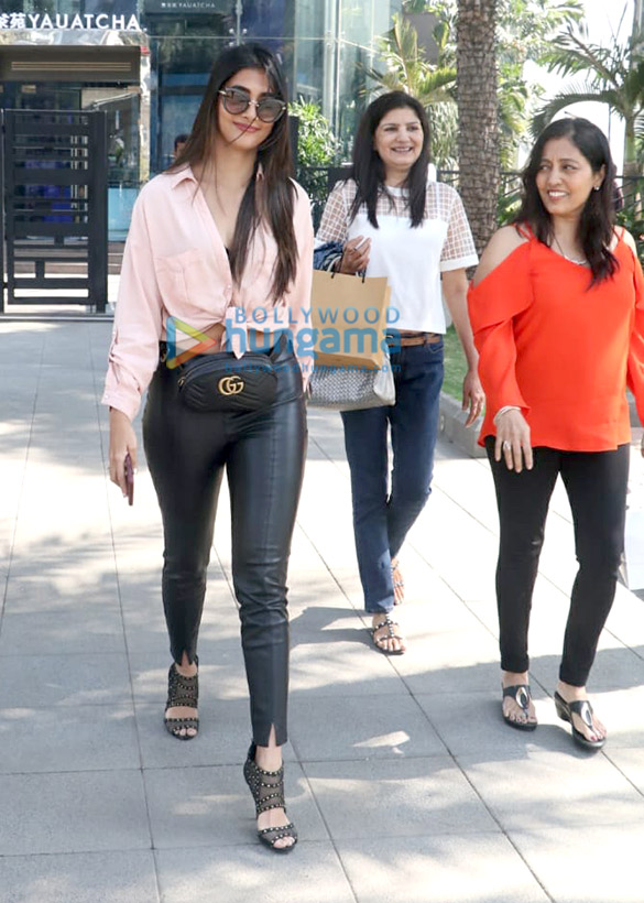Kajol, Nysa Devgn and Pooja Hegde spotted at Yauatcha in BKC (2)