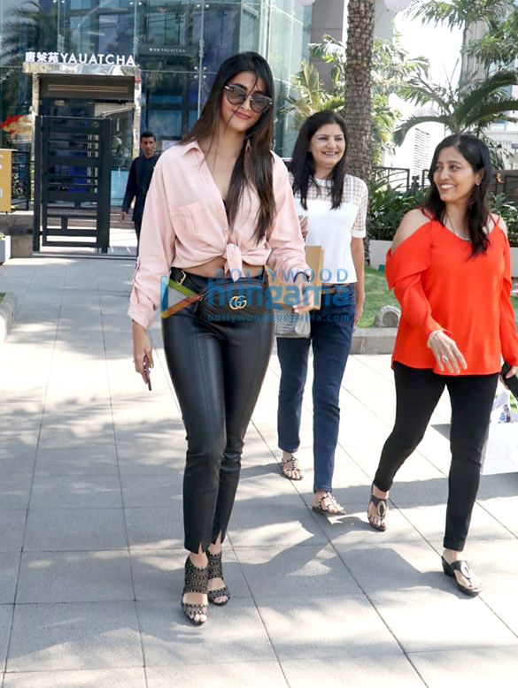 Kajol, Nysa Devgn and Pooja Hegde spotted at Yauatcha in BKC (3)