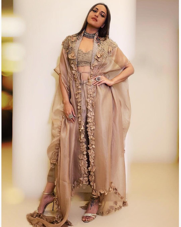 Sonakshi Sinha in Anamika Khanna for a wedding (3)