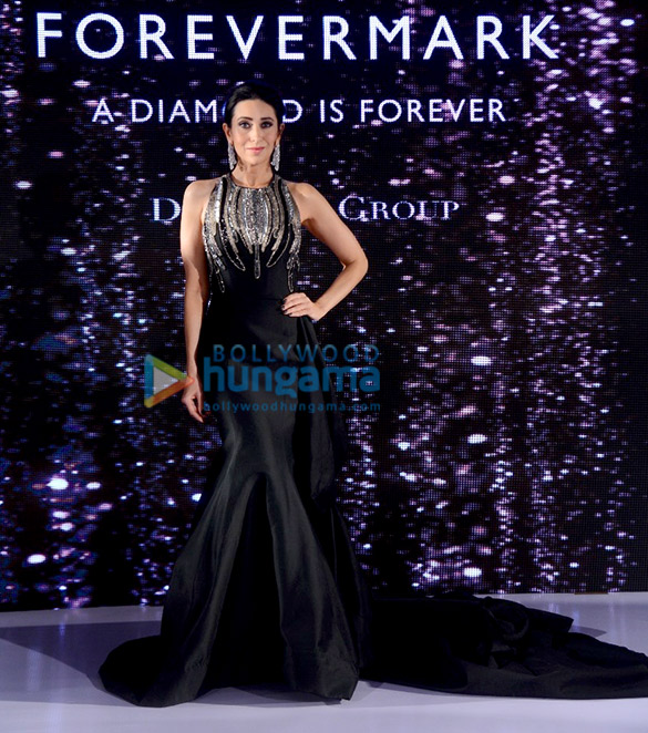 Karisma Kapoor walks the ramp for Forevermark (6)