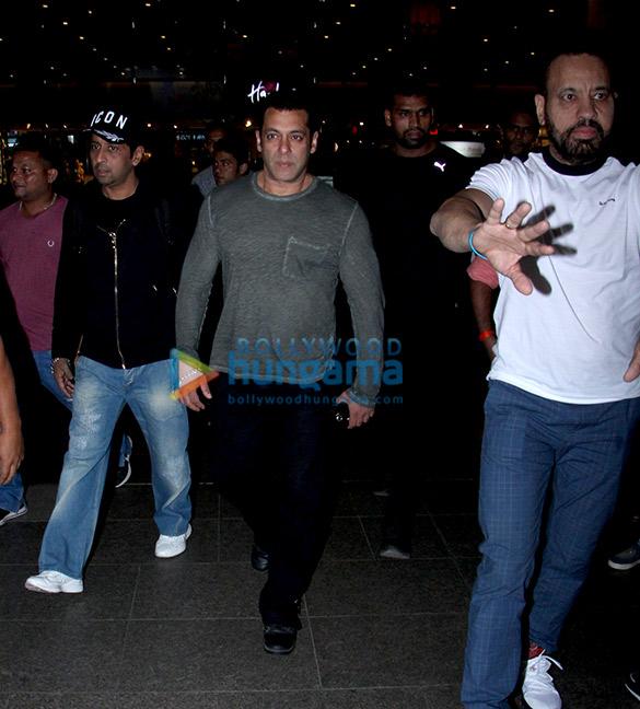 Salman Khan, Kareena Kapoor Khan, Esha Gupta and Boney Kapoor snapped at the airport (1)