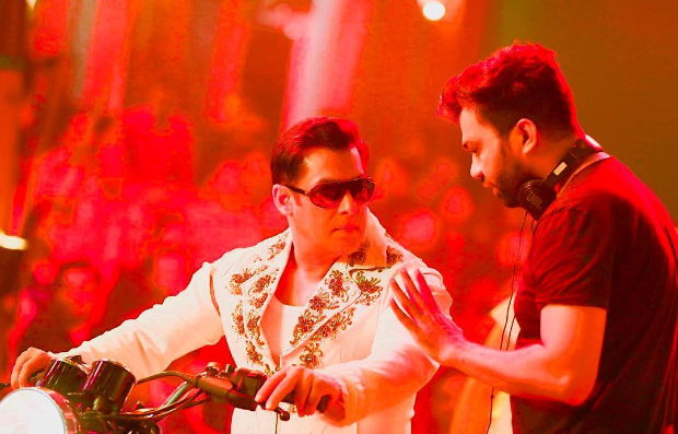 THROWBACK TUESDAY: Salman Khan dons an extravagant outfit for his circus sequence in this candid moment with Ali Abbas Zafar