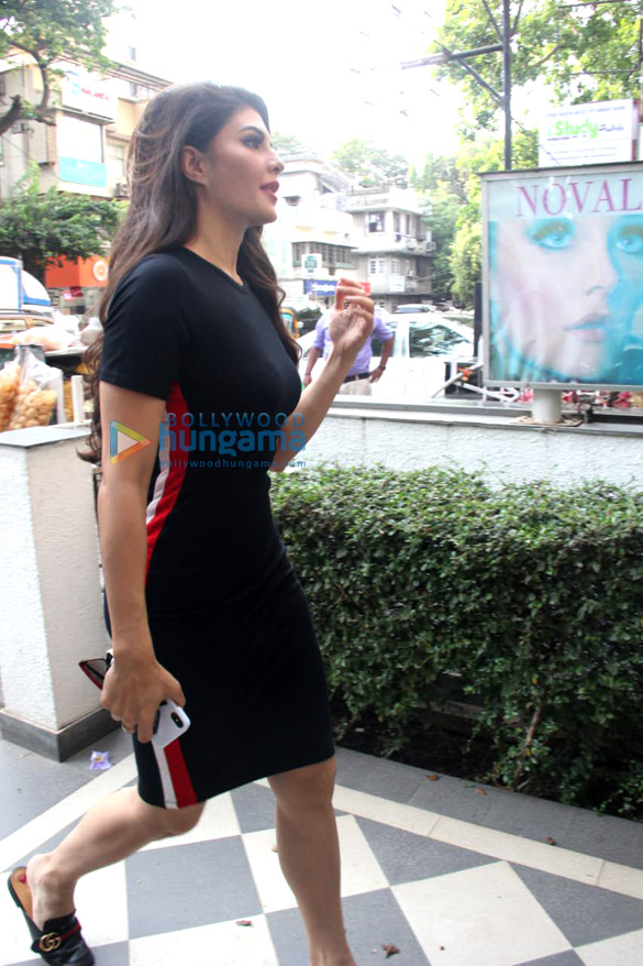 Jacqueline Fernandez spotted at a salon in Bandra (2)
