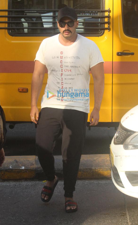 Malaika Arora and Arjun Kapoor spotted at Lilavati Hospital in Bandra (3)