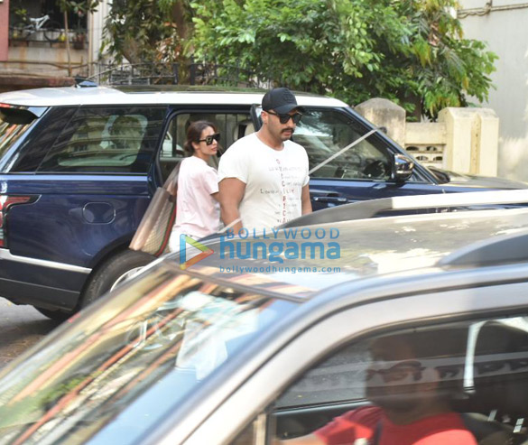 Malaika Arora and Arjun Kapoor spotted at Lilavati Hospital in Bandra (4)