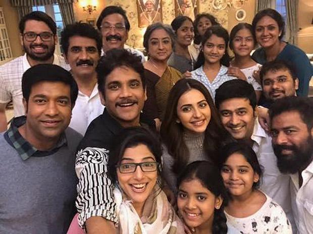 On The Sets: Nagarjuna and Rakul Preet Singh take selfies with the team of Manmadhudu 2