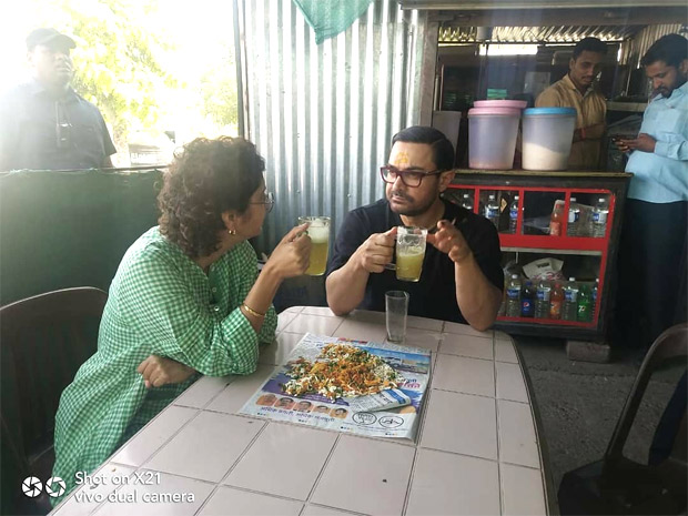 This picture of Aamir Khan and Kiran Rao enjoying street food and relishing sugarcane juice like a commoner will make you respect him even more!