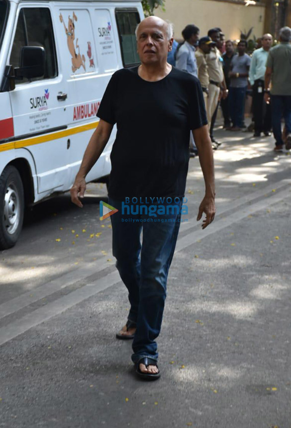 Celebs snapped at Ajay Devgn's house arriving to pay their condolence (02)