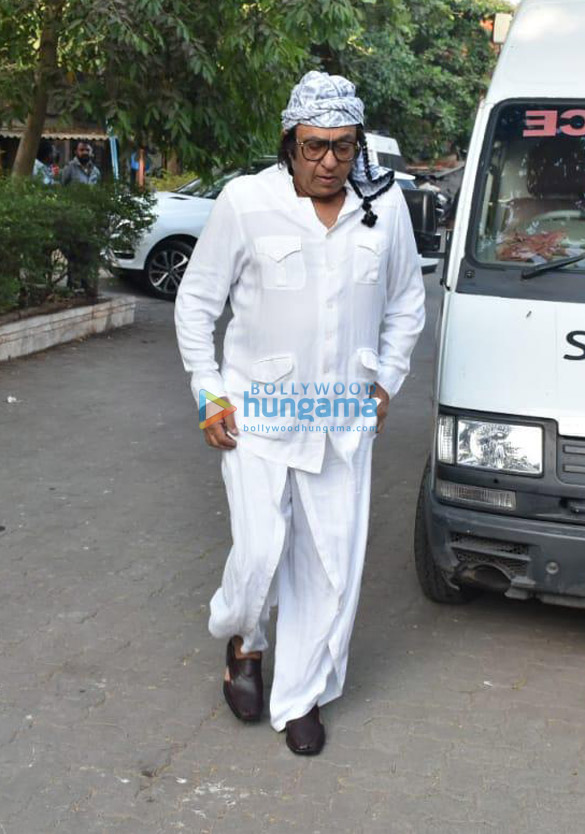 Celebs snapped at Ajay Devgn's house arriving to pay their condolence (129)