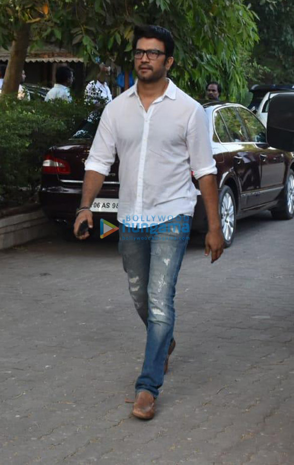Celebs snapped at Ajay Devgn's house arriving to pay their condolence (137)