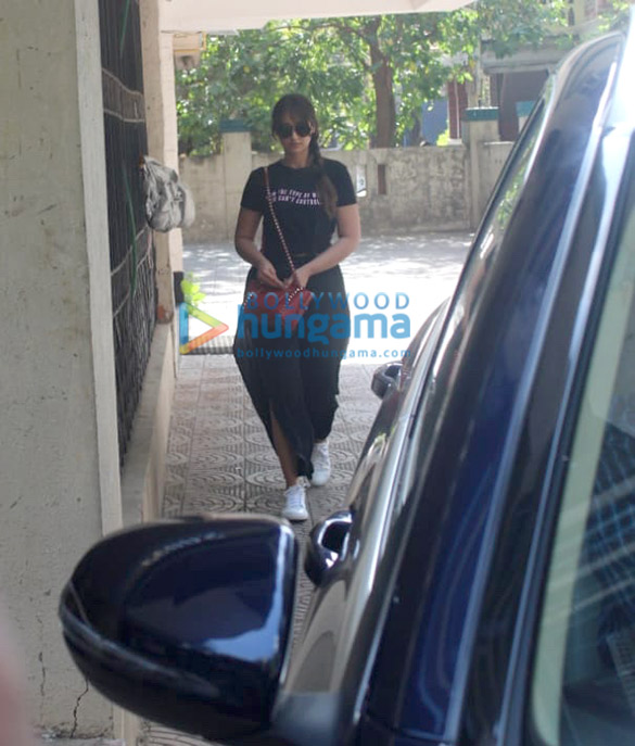 Ileana D'Cruz spotted at a clinic in Bandra (2)
