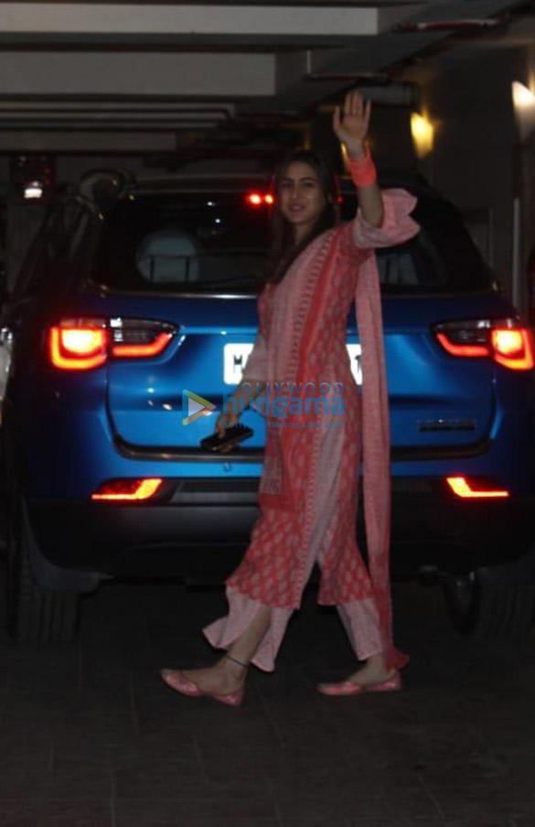 Photos Sara Ali Khan, Soha Ali Khan, Sharmila Tagore and Ibrahim Ali Khan spotted at Saif Ali Khan's house (1)