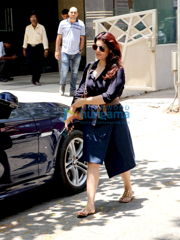 Photos Twinkle Khanna snapped at a clinic in Juhu (2)