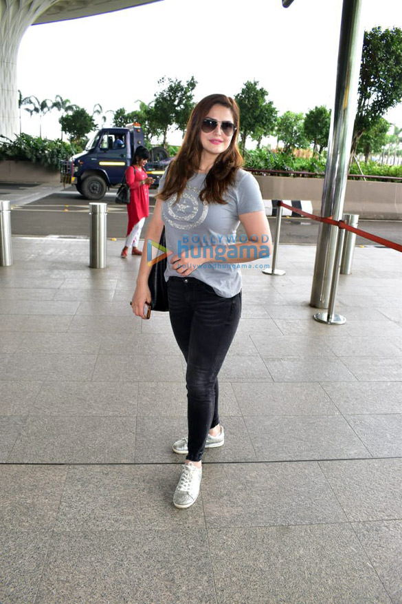 Photos Kareena Kapoor Khan, Sonali Bendre, Goldie Behl and others snapped at the airport3