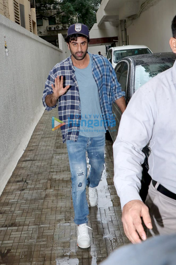 Photos Ranbir Kapoor snapped at the Dharma Productions office (1)
