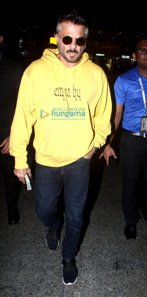 Photos Sara Ali Khan, Kartik Aaryan, Anil Kapoor and others snapped at the airport (3)