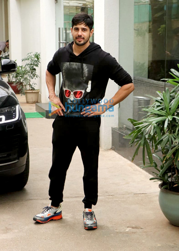 Photos Sidharth Malhotra spotted at Sunny Super Sound in Juhu (2)