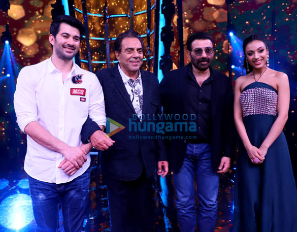 Dharmendra, Karan Deol, Sahher Bambba and Sunny Deol snapped on the sets of Superstar Singer to promote Pal Pal Dil Ke Paas (3)