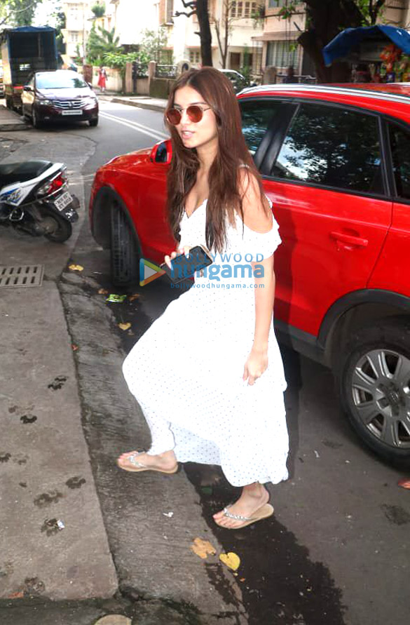 Photos Ileana D'Cruz and Tara Sutaria spotted at the Matrix office in Bandra (2)