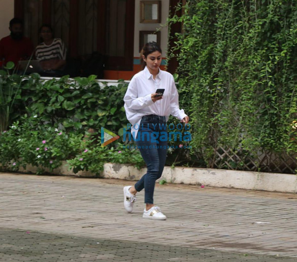 Photos Mouni Roy spotted at Maddock office (2)