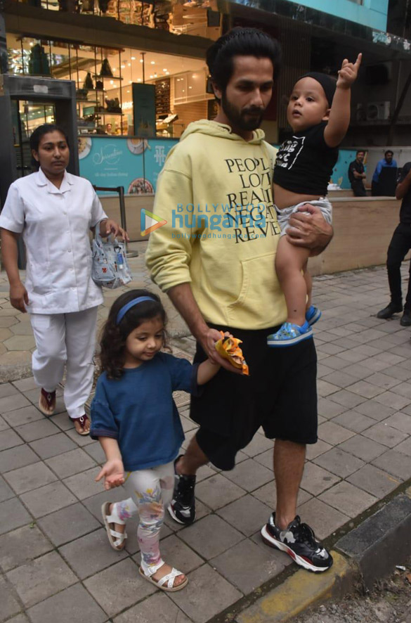 Photos Shahid Kapoor snapped with his kids Misha and Zain at Foodhall in Khar (2)