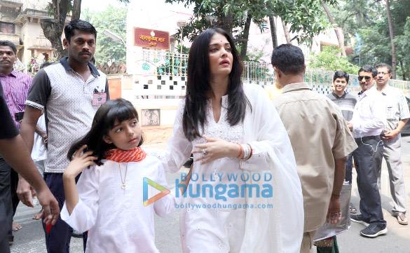Photos Aishwarya Rai Bachchan and Aaradhya Bachchan snapped at Ramakrishna Mission for Dussehra Puja (6)