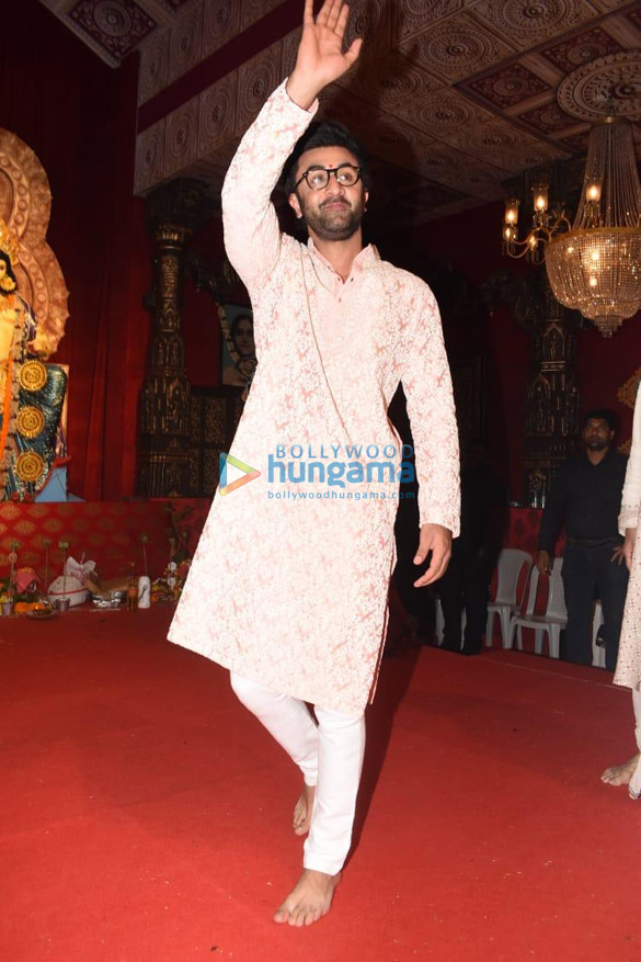 Photos Alia Bhatt, Hrithik Roshan and others snapped during Durga pandal darshan (2)