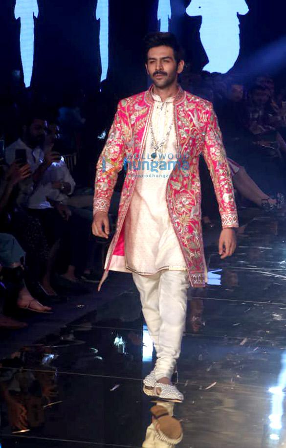 Photos Celebs grace Abu Jani and Sandeep Khosla's fashion show1 (2)